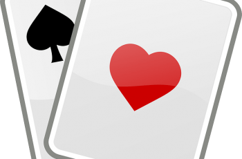 Et kort med spar-symbol og et kort med hjerter-symbol på.