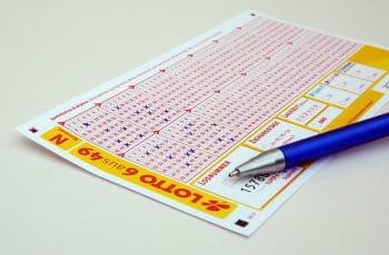 Lotterikupon og kuglepen.